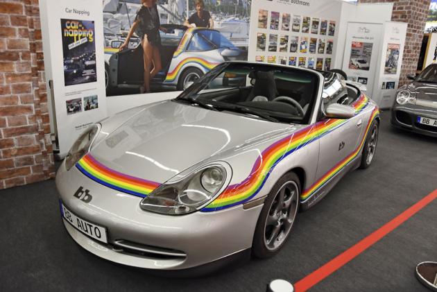 bb Porsche Targa Moonracer má všechny prvky nejslavnějších Bumannových vozů – karosérii Targa a duhový pruh na karosérii