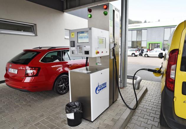 Součástí areálu je tankovací stanice CNG. Stlačený zemní plyn je v provozu nejen výrazně šetrnější kživotnímu prostředí, ale též provozně levnější