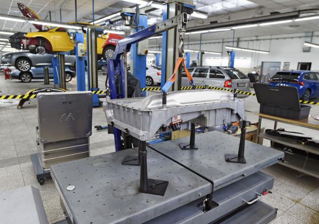 Servisy Škoda Auto, ochotné provádět i zásahy do vysokonapěťových součástí vozidel iV, musí mít kromě vyškoleného personálu rovněž speciálně vybavené místo pro opravy