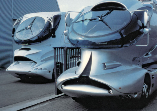 Colani Trucks of Future; vlevo modifikovaný DAF XF95 (1997), vpravo Mercedes-Benz Actros Spitzer Silo (2002)
