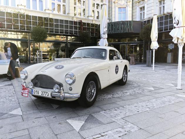 Jedním z nejvzácnějších vozů byl Aston Martin DB2/4 Mark III, který kompletně restaurovala společnost Engine, jež je pořadatelem této historické rallye