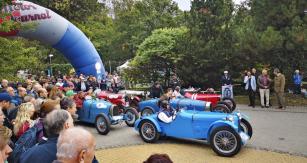 Kvalitní startovní pole. V popředí MG PB Lester Special, pár Bugatti a Salmson Grand Sport (1926). Červený vůz vpravo nahoře je speciál Zbrojovka (Z-18) Sport s dvoudobým motorem akompresorem