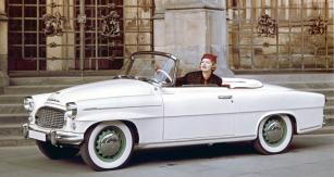 Škoda 450 a Miss USA Charlotte Sheffieldová na Pražském hradě na podzim 1957