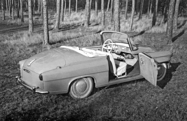 Prototyp měl okna ve dveřích bez rámečků a klenuté čelní sklo vrobustním rámu