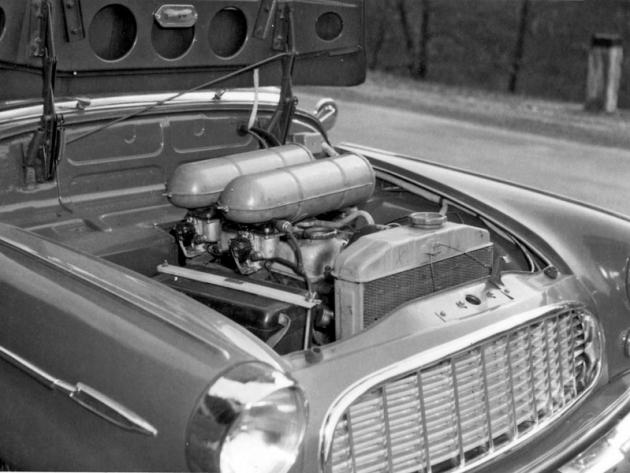 Motor Š 450 osazený dvěma spádovými karburátory a dvěma čističi vzduchu