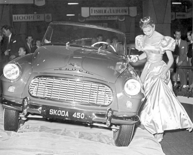 Škoda 450 a Miss USA Charlotte Sheffieldová na autosalonu vLondýně v říjnu 1957