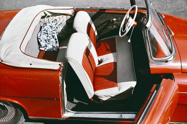 Škoda 450 nabízela dvě pohodlná přední sedadla a za nimi lavici bez opěradla