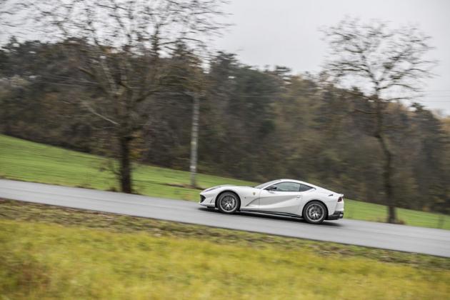 Dlouhá kapota motoru a dvojice míst těsně před zadními koly je pro dvanáctiválcová Ferrari typická