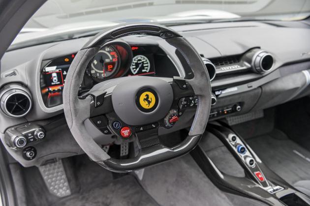 Podobně jako u ostatních moderních Ferrari od modelu 458 Italia, ivtomto případě je ovládání mnoha funkcí soustředěno na volantu