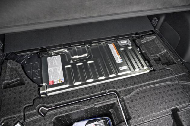 Akumulátor a výkonová elektronika pohonu e-Boxer jsou umístěné v pouzdře pod podlahou zavazadlového prostoru