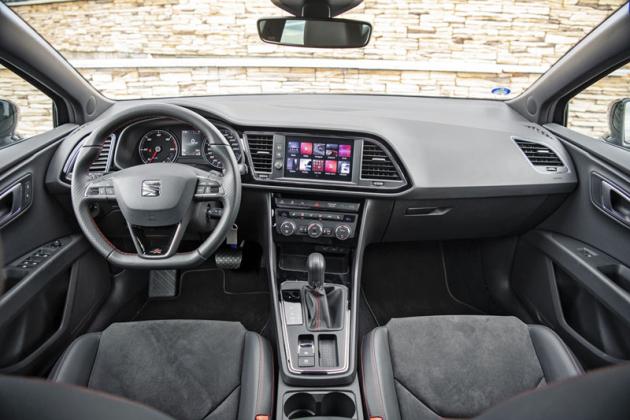 Pojetí interiéru je klasické, dbá se zde na pozici za volantem a přehlednost