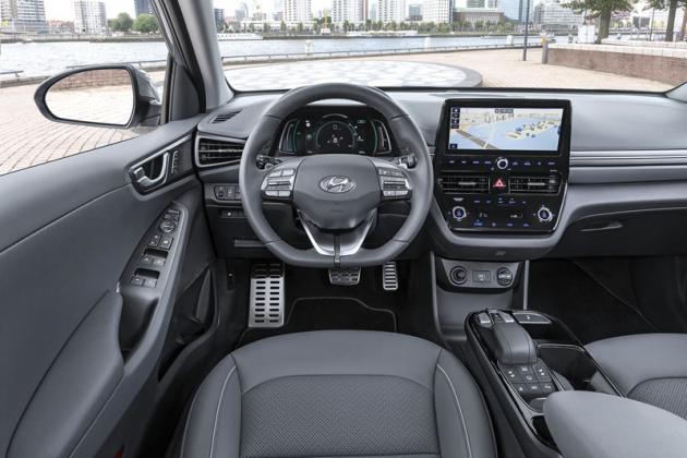 Pracoviště řidiče sfaceliftem ožilo kvalitnějšími materiály, ale především novým multimediálním systémem
