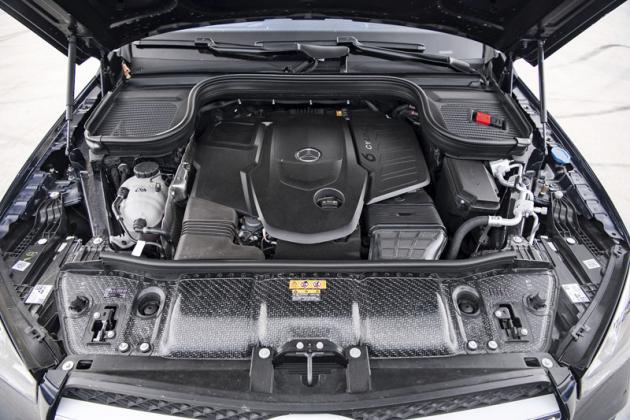 Pod rozměrným krytem je umístěn jeden z nejlepších vznětových motorů současnosti: řadový šestiválec 3,0 l s typovým označením OM656