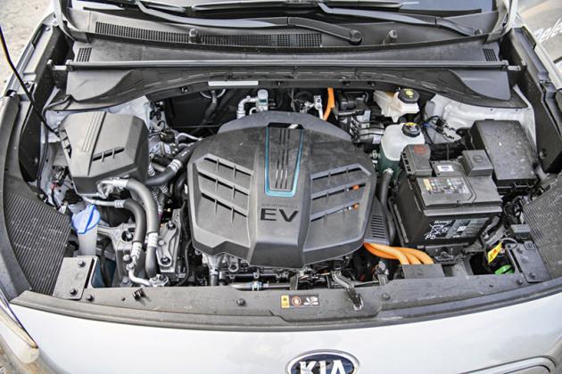 Plastový kryt se možná podobá spalovacím motorům, pod ním jsou ale výkonová elektronika aelektromotor