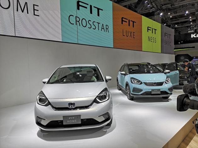 Honda rozvinula novou generaci typu Fit do samostatné apestré řady modelů. V popředí městský Fit Home, vpozadí Fit CrosStar