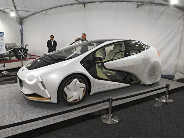 Studie Toyota LQ vyniká řadou nových myšlenek včetně světlometů schopných vysílat do okolí řadu grafických signálů. Komunikaci zajišťuje palubní agent Yui na základě umělé inteligence