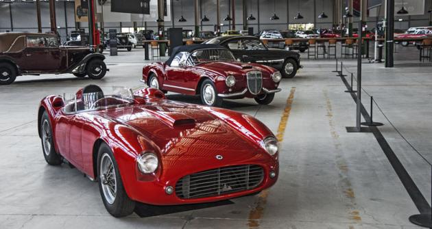 VFCA Heritage Hub jsou kvidění  opravdové unikáty. Třeba vystavená  Lancia D25 Sport (vpředu) je jediný  existující exemplář nasvětě.  Vedle stojí Lancia Aurelia B24 Spider