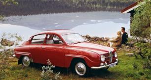 Modernizovaný Saab 96 model 1965 s novou širokou mřížkou přídě