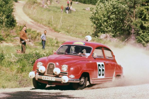 Vozy Saab 96 s dvoudobými motory překvapivě vládly světovým rallye, hlavně zásluhou legendárního Erika Carlssona