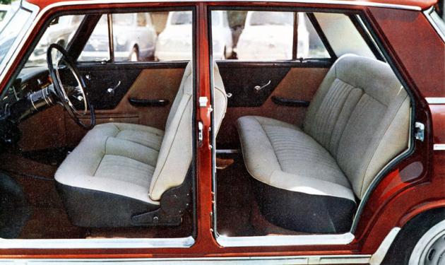 Prostorný, až šestimístný interiér sedanu Seat 1500