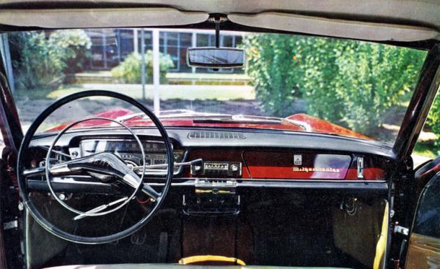 Palubní deska modelu 1967 s řazením pákou pod volantem