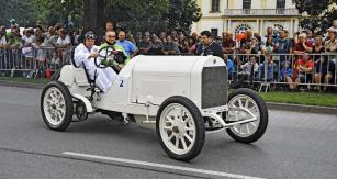 Benz 1908 GP (1908) je mohutným vozem bez posilovačů. Řadový čtyřválec má objem 12,781 litru (135 k/1400 min-1). Podle tehdejších regulí musel (bez náplní) vážit nejméně 1150 kg