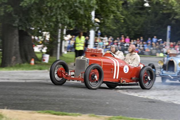 Jarošova Z18 Sport (1927) s kompresorem prozrazovala dvoudobý motor pod kapotou. Na trati vystrkovala drápky a běžela jako hodinky