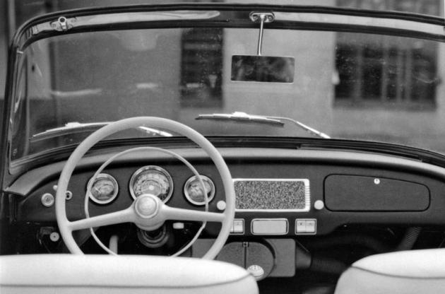 Nově uspořádaná palubní deska modelu 1961 byla zhotovena zlaminátu.