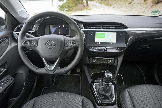Přední sedadla poskytují značný komfort sezení, což je ostatně uvozů Opel typická vlastnost. Samotná palubní deska je navržena konvenčně, a to je vlastně dobrá zpráva