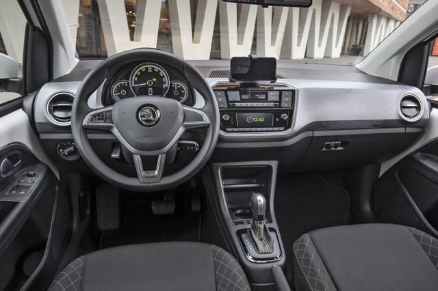 Pracoviště řidiče jebohatě vybaveno, nechybí vyhřívání sedadel ani čelního skla