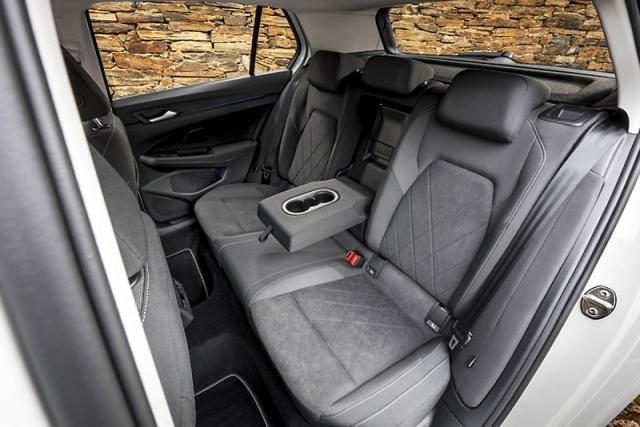 Na zadní sedadla se usadí i dospělí. Nabídkou prostoru může nový Golf pomýšlet na funkci rodinného vozu