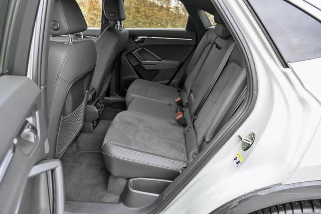 Zadní sedadla jsou standardně posuvná vrozpětí 13 cm a jsou rozdělená v poměru 40:20:40