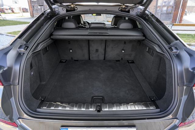 BMW X6 poskytuje i solidní praktičnost. Zavazadlový prostor má ve standardním uspořádání objem 580 litrů