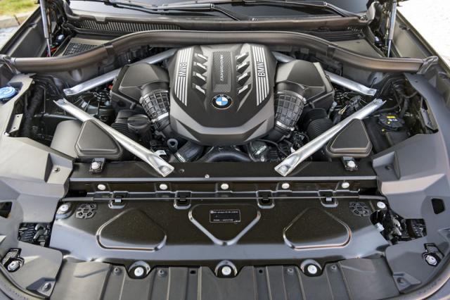 Zážehový osmiválec je vrcholem nabídky ak charakteru modelu X6 pasuje dokonale. S ním se pojí i sportovněji laděný podvozek