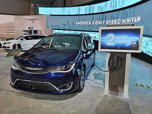 Chrysler Pacifica, první plug-in hybridní automobil vkategorii minivanů a největší vůz osazený v USA touto technologií