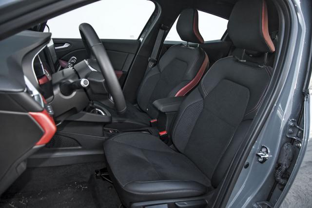 Vpředu je vše vnejlepším pořádku. Sedadla mají příjemný tvar a ergonomie jebezchybná.
