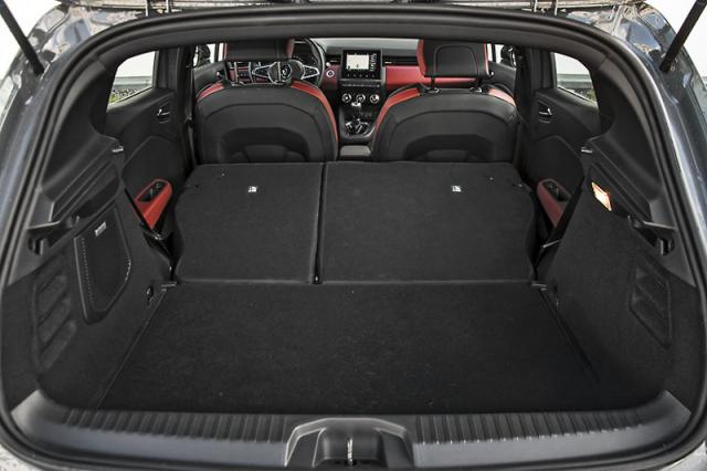 Na poměry malých hatchbacků nabízí nové Clio dlouhý a příjemně široký prostor pro zavazadla. Variabilní dno se dodává na přání