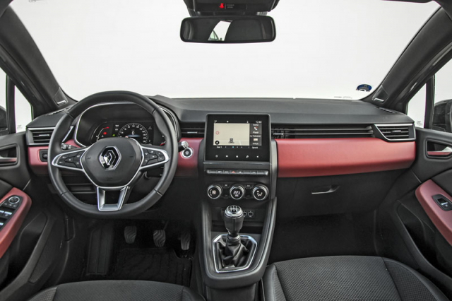 Nová generace typu Clio dostala do interiéru mnohem více ploch opatřených měkčenými materiály. I díky tomu působí podstatně lépe než dříve. Ovladače klimatizace se sem nastěhovaly z Dacie Duster
