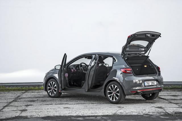 Rozměrově se pátá generace Renaultu Clio od předchůdce téměř neliší, základem je ale nová platforma CMF-B. Díkytomu má vůz kromě jiného výrazně tužší karoserii, a tudíž je bezpečnější. Mezigeneračně se také zvětšil vstupníotvor do zavazadlového prostoru