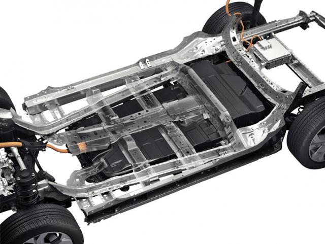 Akumulátor s kapacitou 35,5 kWh je spojen s karoserií ve dvaceti místech a přispívá ke zvýšení její tuhosti o přibližně 40procent