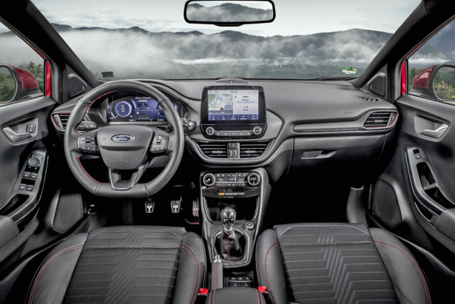 Přehledné pracoviště řidiče bylo bez větších změn převzato zmenšího typu Fiesta