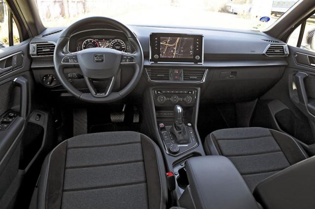 Na rozdíl od sourozenců z koncernu Volkswagen má Tarraco umístěný displej navigačního systému v jedné rovině shlavními přístroji před volantem