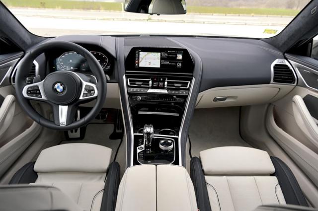 Přehledná palubní deska zaujme použitými materiály, za volantem se sedí nízko v takřka dokonalé pozici