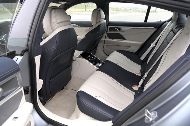 Zadní sedadla poskytují dostatečný komfort, a i když to tak nevypadá, mohou odvézt až trojici cestujících
