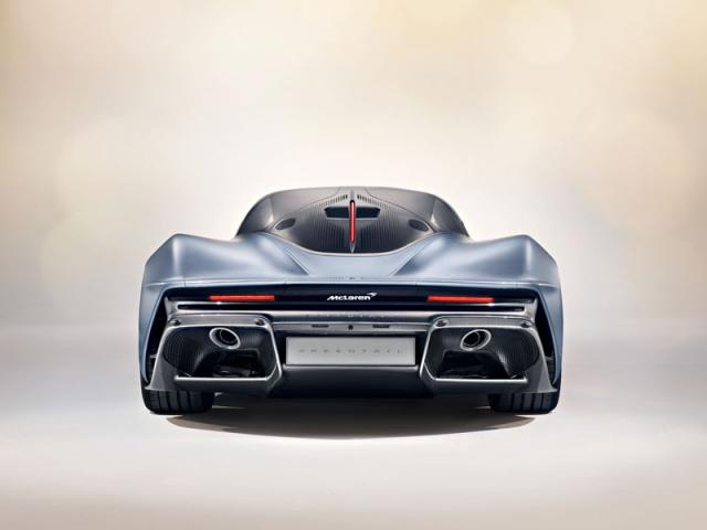 Také na zádi je vše podřízeno aerodynamice, dvojice výfuků ústí v rozměrných difuzorech