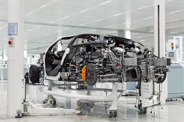 Výroba každého vozu probíhá ručně v moderní továrně McLarenu v anglickém Wokingu
