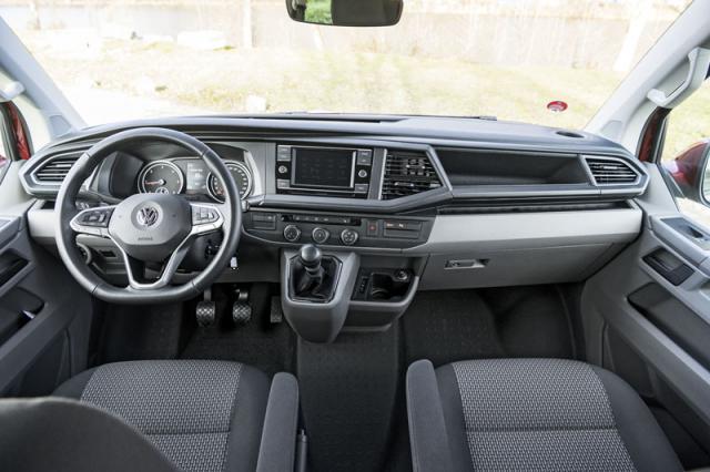 Velkou změnou verzí 6.1 je palubní deska smodernějším infotainmentem, lépe do ruky padnoucí volant a více asistenčních systémů známých z osobních vozů VW