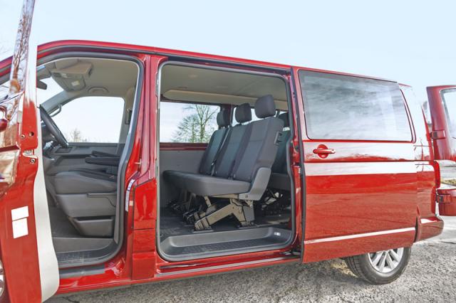 Testovaný Transporter 6.1 Kombi má standardně pětimístný interiér. Smotorem 2.0 TDI/110 kW jeho cena začíná na 860 432 Kč včetně DPH
