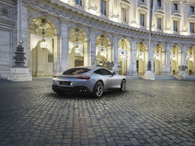 Na Ferrari netradičně uhlazené tvary ukazují, že Roma je spíše vozem GT než extrémně dravým sportovním vozem ve stylu modelů smotorem uprostřed