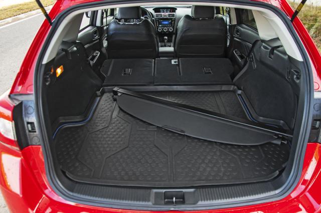 Na poměry kompaktních kombi sice nemá Subaru Levorg úplně dlouhou ložnou plochu, vyniká ovšem vysoce nadprůměrnou šířkou prostoru pro zavazadla. Kratší a širší zavazadlový prostor je přitom vždy lépe využitelný než naopak